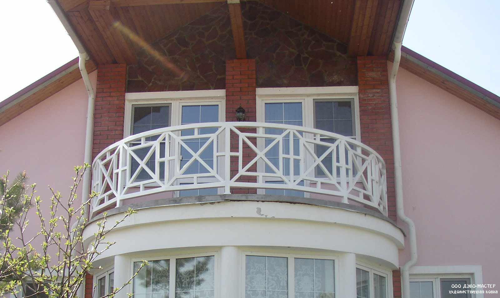 Фото различных вариантов кованых балконов для коттеджей.